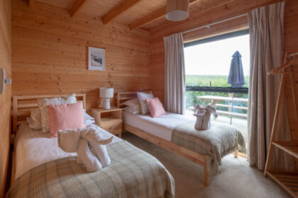Toms Eco Lodge Cabin Twin Room lr