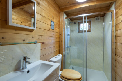 Toms Eco Lodge wood cabin shower room